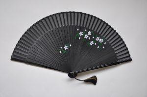 〈婦人用絹扇子〉短地ペンテ扇子 桜柄 黒色