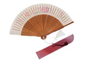 〈婦人用〉切り絵絹短地扇子(フリージア柄白色)、扇子袋(ピンク色)セット