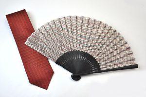 【送料無料】〈紳士用〉西陣織ネクタイ(七色赤糸)、ハンカチ扇子(チェック柄)セット