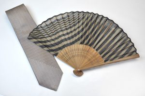 【送料無料】〈紳士用〉西陣織ネクタイ(七色グレー糸)、ハンカチ扇子(刷毛目柄茶色)セット