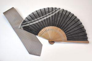 【送料無料】〈紳士用〉西陣織ネクタイ(七色グレー糸)、ハンカチ扇子(縞つなぎ黒色)セット