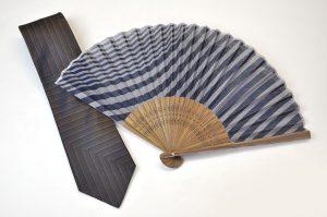 【送料無料】〈紳士用〉西陣織ネクタイ(七色紺糸)、ハンカチ扇子(刷毛目柄紺色)セット